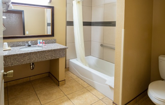 Econo Lodge Inn & Suites Fallbrook Downtown - 2 Queen Bathroom
