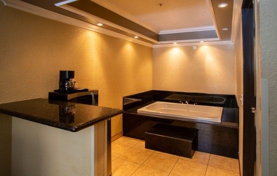 Econo Lodge Inn & Suites Fallbrook Downtown - King Suite with Hot Tub