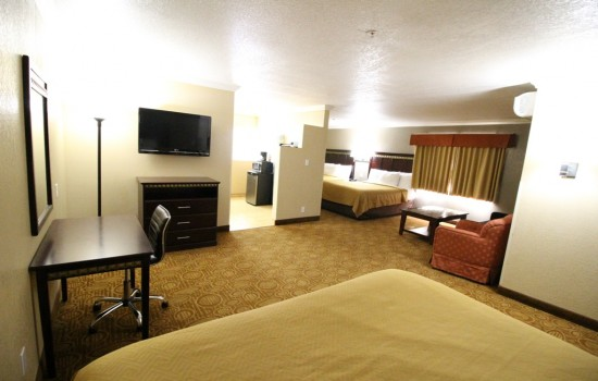 Econo Lodge Inn & Suites Fallbrook Downtown - Guest Room with a King and 2 Queens